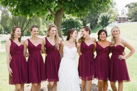 Madrinhas com vestidos curtos marsala de um ombro só