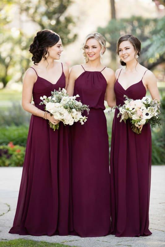 Madrinhas vestidas com longo fresquinho marsala