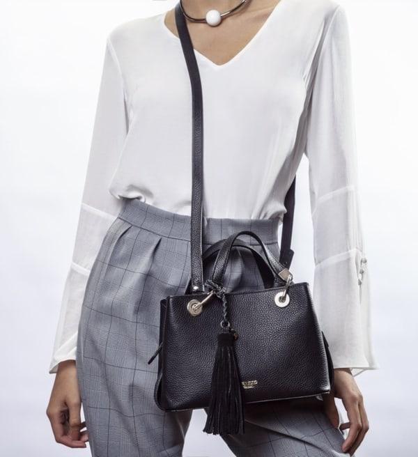 Modelo de tote bag pequena preta