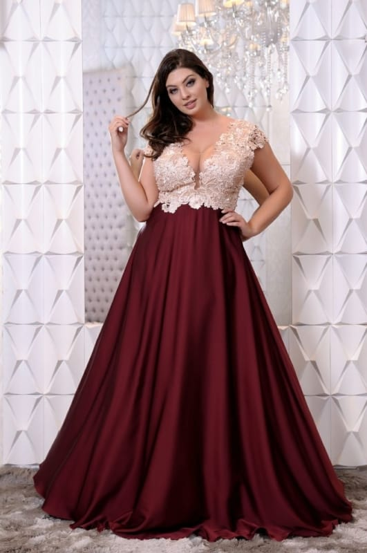 Modelo de vestido plus size marsala com renda na parte de cima