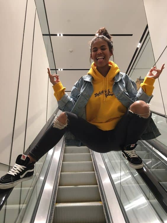 Moletom amarelo e jaqueta jeans Tumblr