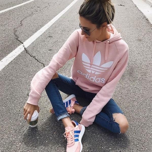 Moletom rosa da Adidas e jeans destroyed