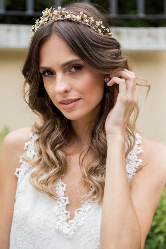 Noiva com cabelo ondulado e coroa delicada dourada