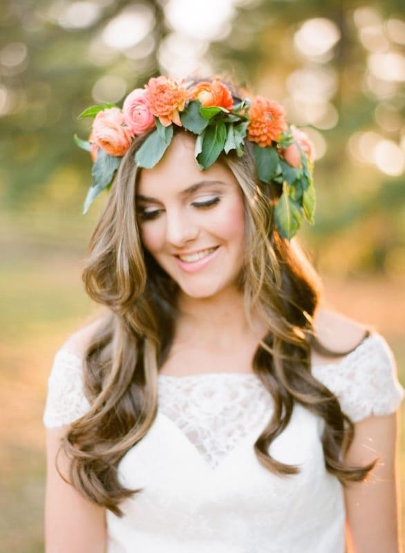 Noiva com Coroa de noiva flores e as madeixas livres