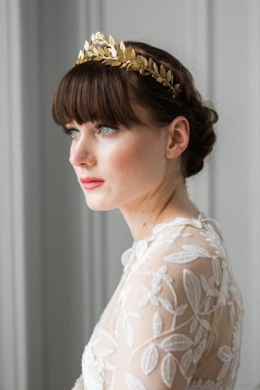 Noiva com franjinha e coroa dourada