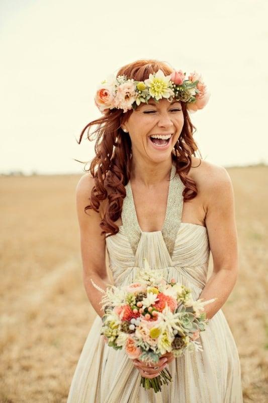 Noiva em casamento no campo com coroa de flores