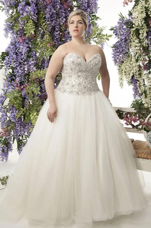 Noiva plus size com vestido off white