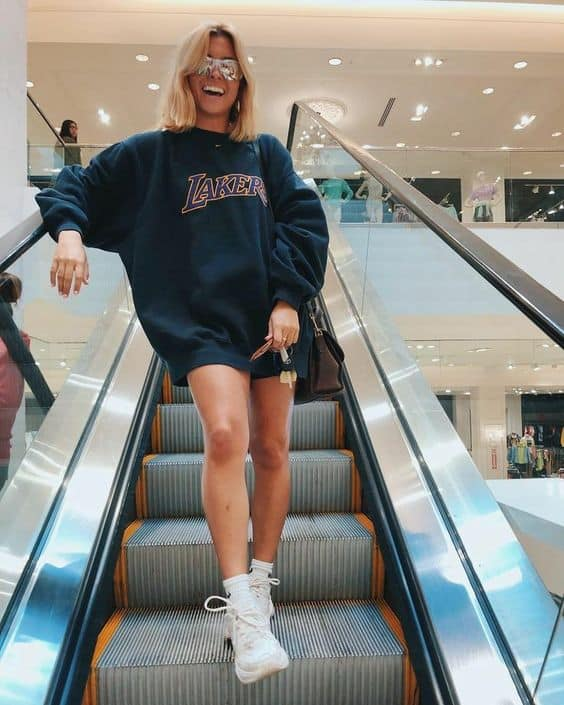 Passeio no shopping com moletom dos Lakers preto