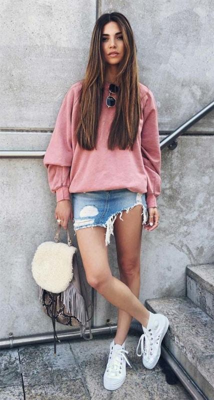 Saia jeans e blusa de moletom rosa