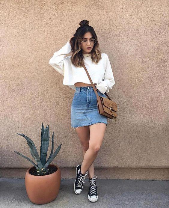 Saia jeans e cropped moletom branco
