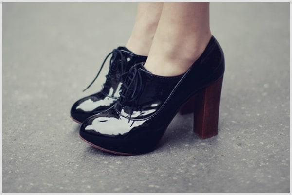 Sapato delicado oxford preto com salto de madeira