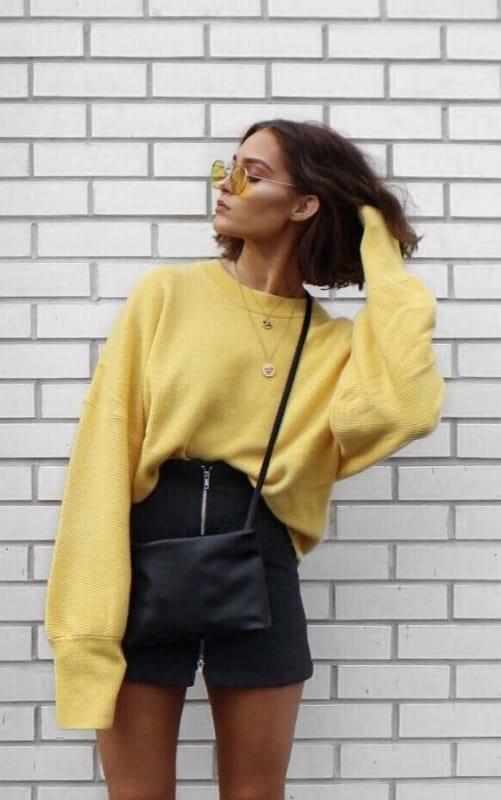Short preto e moletom over sized amarelo