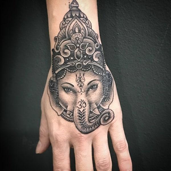 Tatuagem Ganesha na mão masculina
