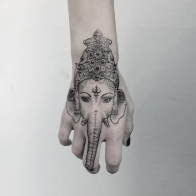 Tatuagem Ganesha na mão