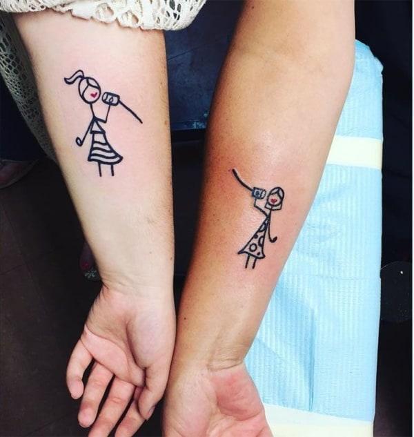 Tatuagem de bonecos palitos no braço