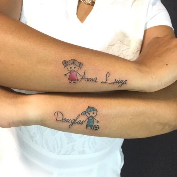 Tatuagem de bonequinhos com nome no braço