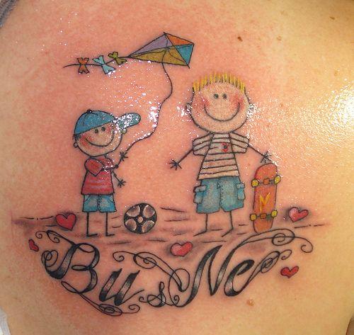 Tatuagem de bonequinhos com pipa colorida