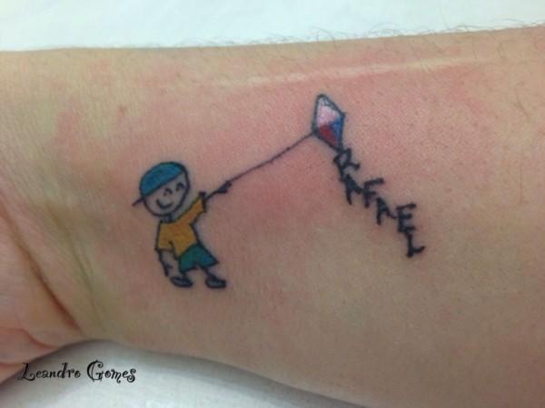Tatuagem de bonequinhos com pipa simples