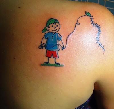 Tatuagem de bonequinhos com pipa
