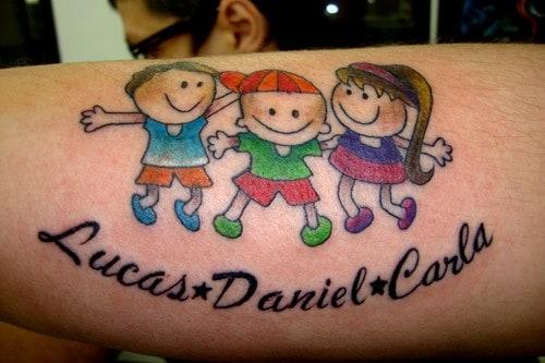 Tatuagem de bonequinhos para filhos colorida