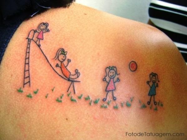 Tatuagem de bonequinhos para filhos nas costas