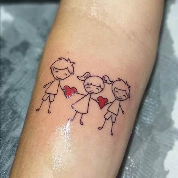 Tatuagem de bonequinhos para filhos no braço