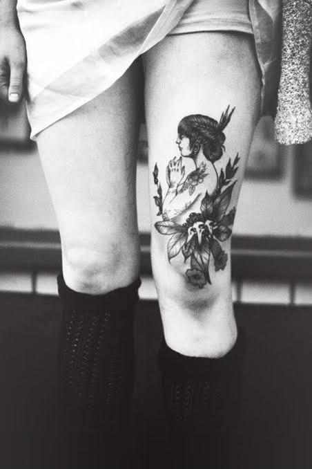 Tatuagem feminina no joelho conceitual