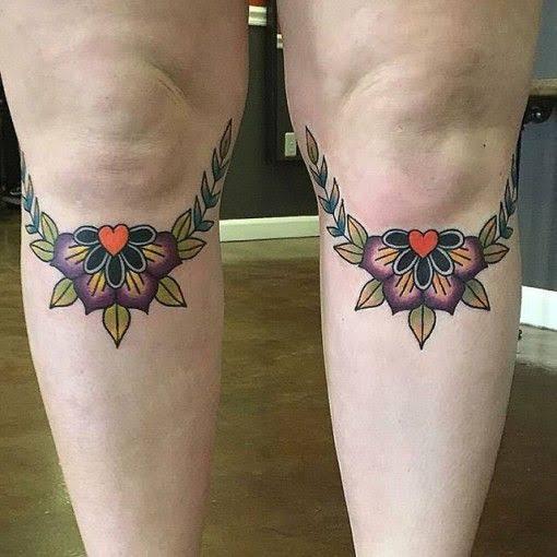 Tatuagem feminina no joelho flores
