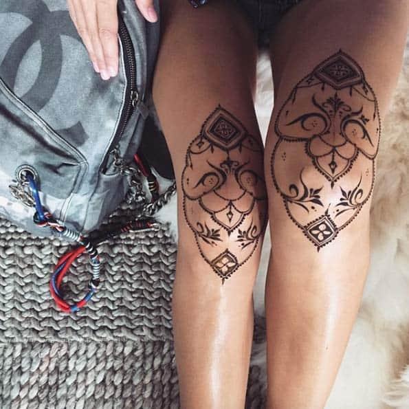 Tatuagem feminina no joelho pontilhismo