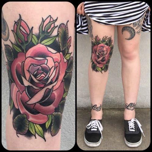 Tatuagem feminina no joelho rosa grande
