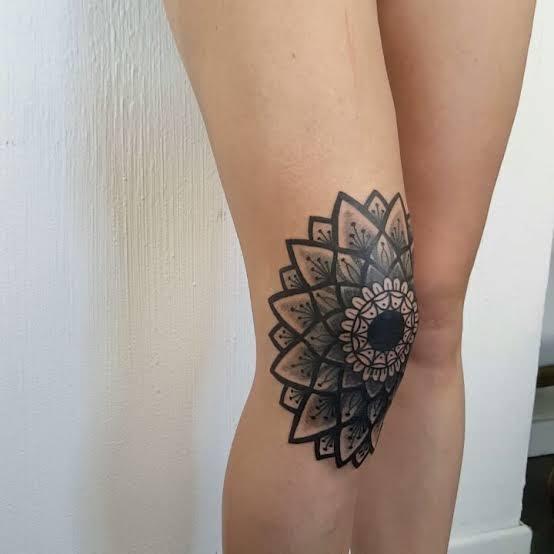 Tatuagem feminina no joelho sombreada