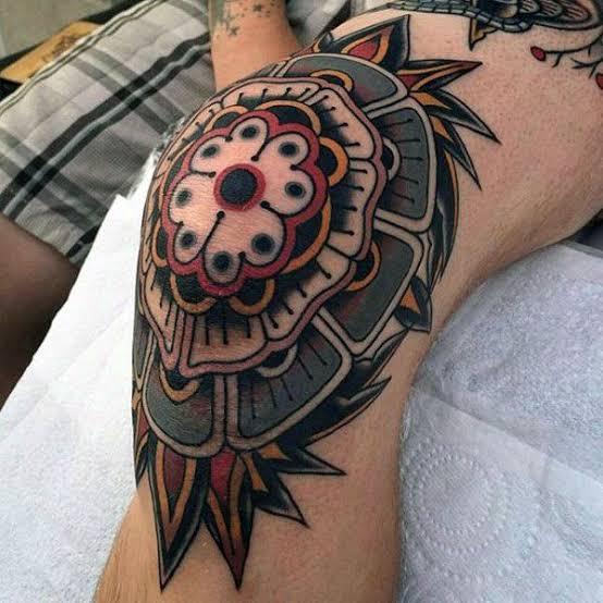 Tatuagem masculina no joelho colorida