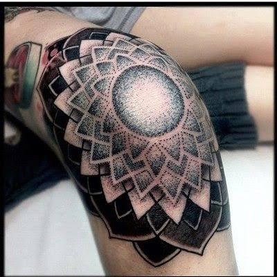 Tatuagem masculina no joelho com pontilhismo