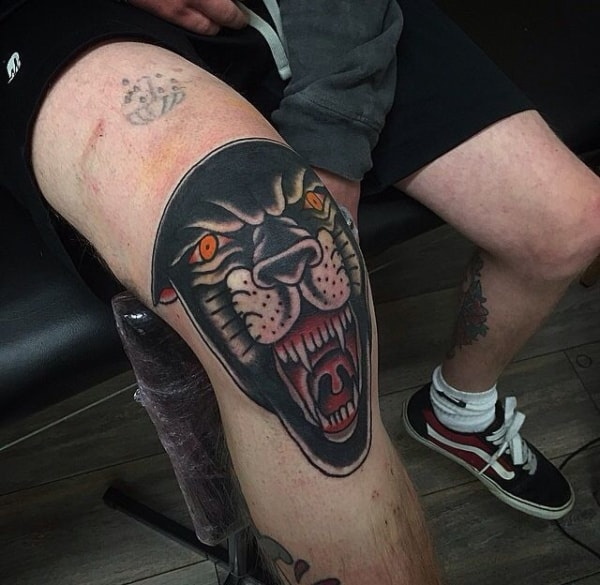 Tatuagem masculina no joelho pantera