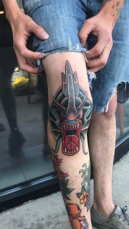 Tatuagem masculina no joelho pokemon