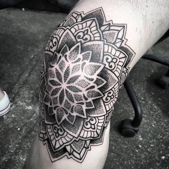 Tatuagem masculina no joelho sombreada