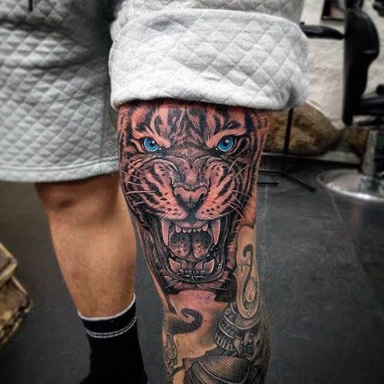 Tatuagem masculina no joelho tigre
