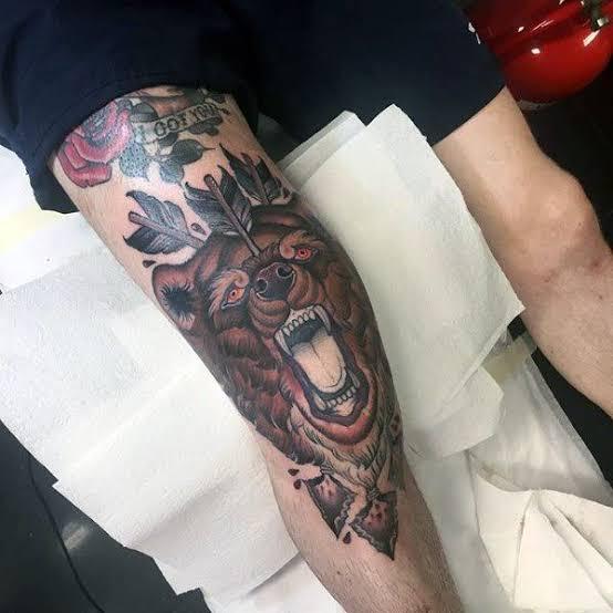 Tatuagem masculina no joelho urso
