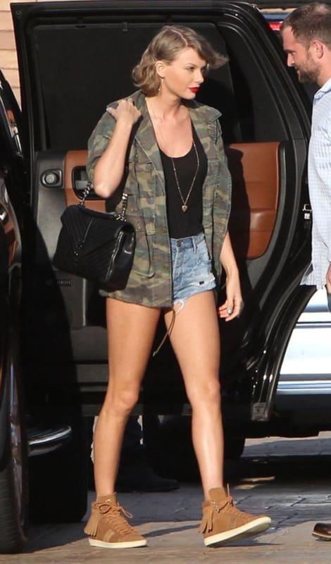 Taylor Swift com parka verde camuflada
