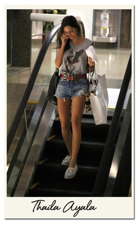 Thayla Ayala com short jeans e dockside branco