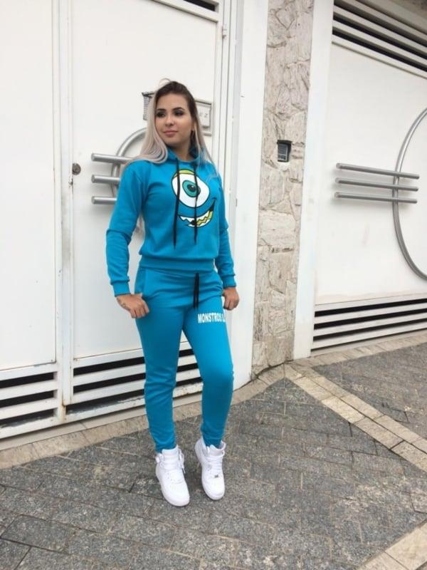Tumblr girl com conjunto de moletom azul