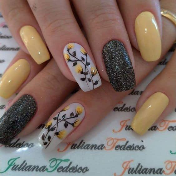 Unhas amarelinhas com glitter para madrinhas