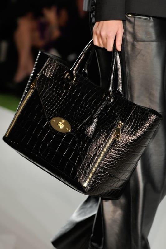 Veja um modelo tradicional de bolsa tote de couro preta