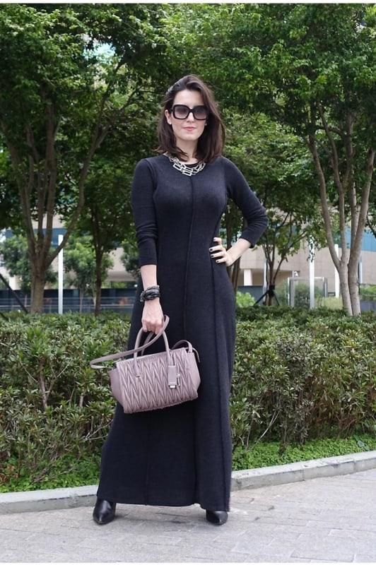 Vestido básico preto longo e com mangas compridas
