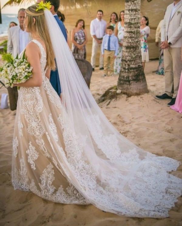Vestido de noiva off white rendado com véu