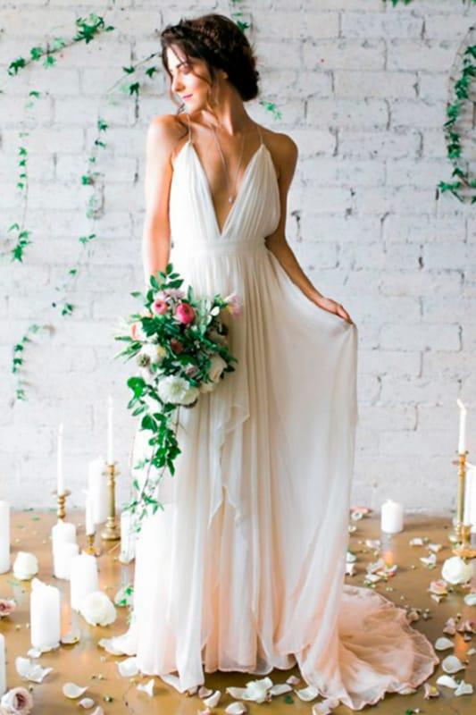 Vestido de noiva simples e elegante com as costas a mostra 03