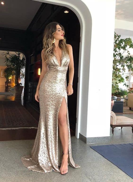 Vestido dourado com decote e fenda para festas