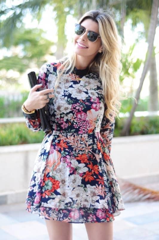 Vestido florido curto com mangas longas