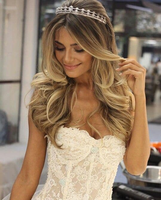 Vestido tomara que caia e coroa de noiva com cabelo solto