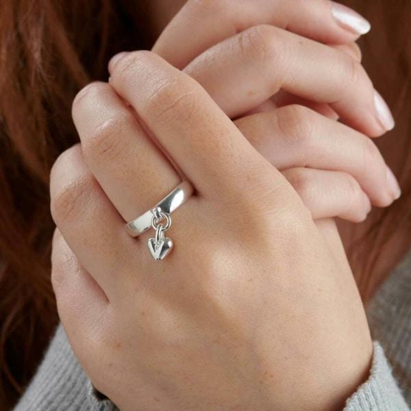 anel com pingente com coração de prata